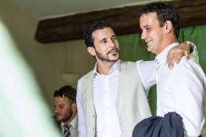 Le marié avec son frère ors de ses préparatifs. Photo réalisée par Castille ALMA photographe de mariage au Comptoir Saint Hilaire dans le Gard.