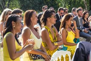 Grande émotion pendant la cérémonie laïque. Photo réalisée par Castille ALMA photographe de mariage au Comptoir Saint Hilaire dans le Gard.