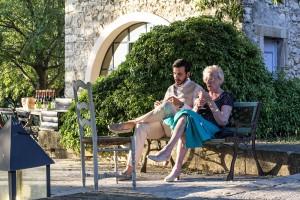 Le marié avec sa grand mère assis sur un banc. Photo réalisée par Castille ALMA photographe de mariage au Comptoir Saint Hilaire dans le Gard.