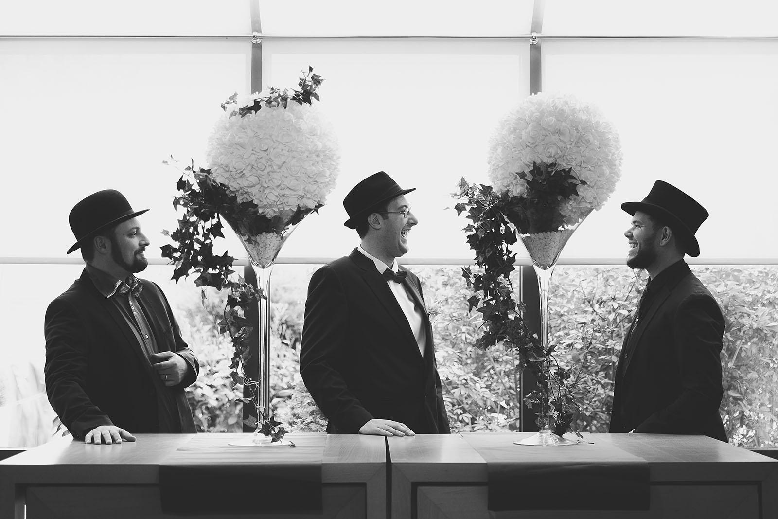 le chapeau du marié. photo du marié et de ses témoins.