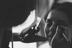 Castille ALMA photographe de mariage à Lyon et Chambéry. Les préparatifs de la jeune mariée dans une chambre de l'Hôtel Charlemagne à Lyon. Le maquillage de la mariée.