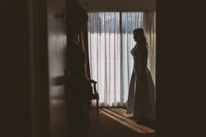 Castille ALMA photographe de mariage à Lyon et Chambéry. Les préparatifs de la jeune mariée dans une chambre de l'Hôtel Charlemagne à Lyon. La mariée prête à rejoindre son futur marié dans le hall de l'hôtel Charlemagne