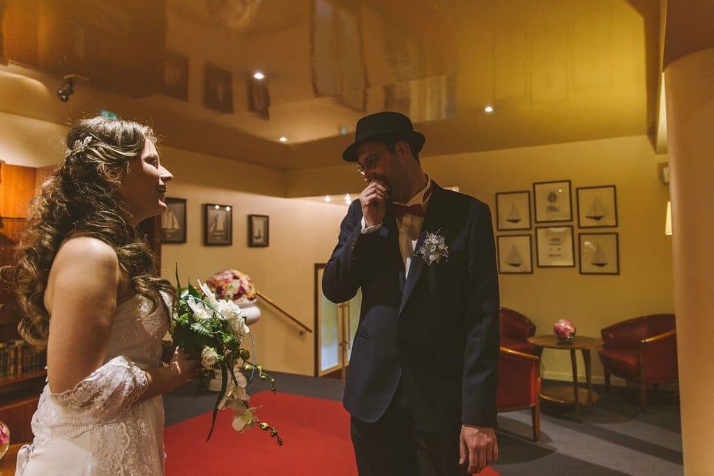 Le marié découvre sa femme. Castille ALMA photographe de mariage à Lyon et Chambéry.