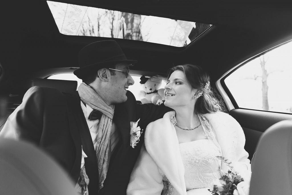 Castille ALMA photographe de mariage à Lyon et Chambéry. Les mariés dans la voiture en route vers les cérémonies.