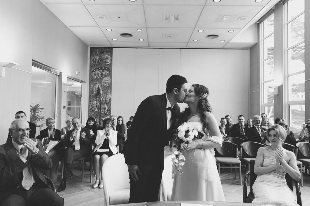 Castille ALMA photographe de mariage à Lyon et Chambéry. Le baiser des mariés à la fin de la cérémonie civile.