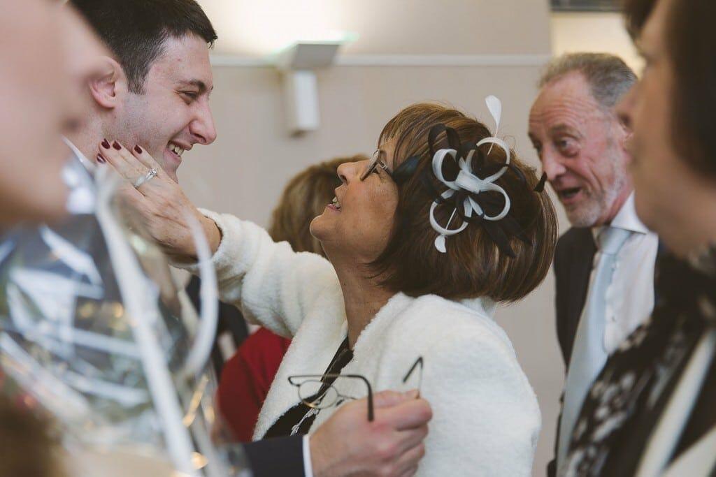 Castille ALMA photographe de mariage à Lyon et Chambéry. Le marié ému quand sa mère vient le féliciter.