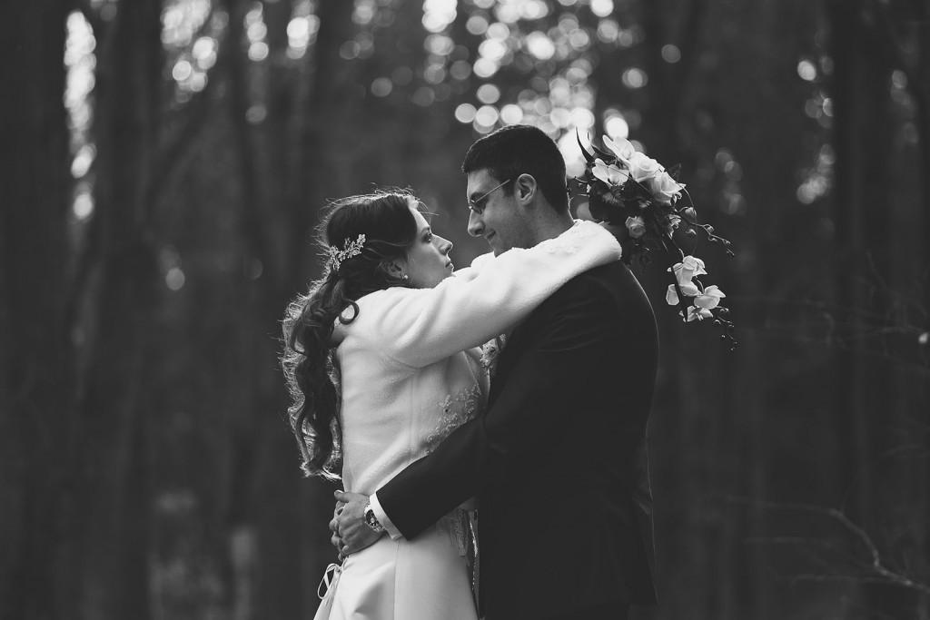 Photo de couple de jeunes mariés en noir et blanc à lyon. Castille ALMA photographe de mariage à Lyon et Chambéry.