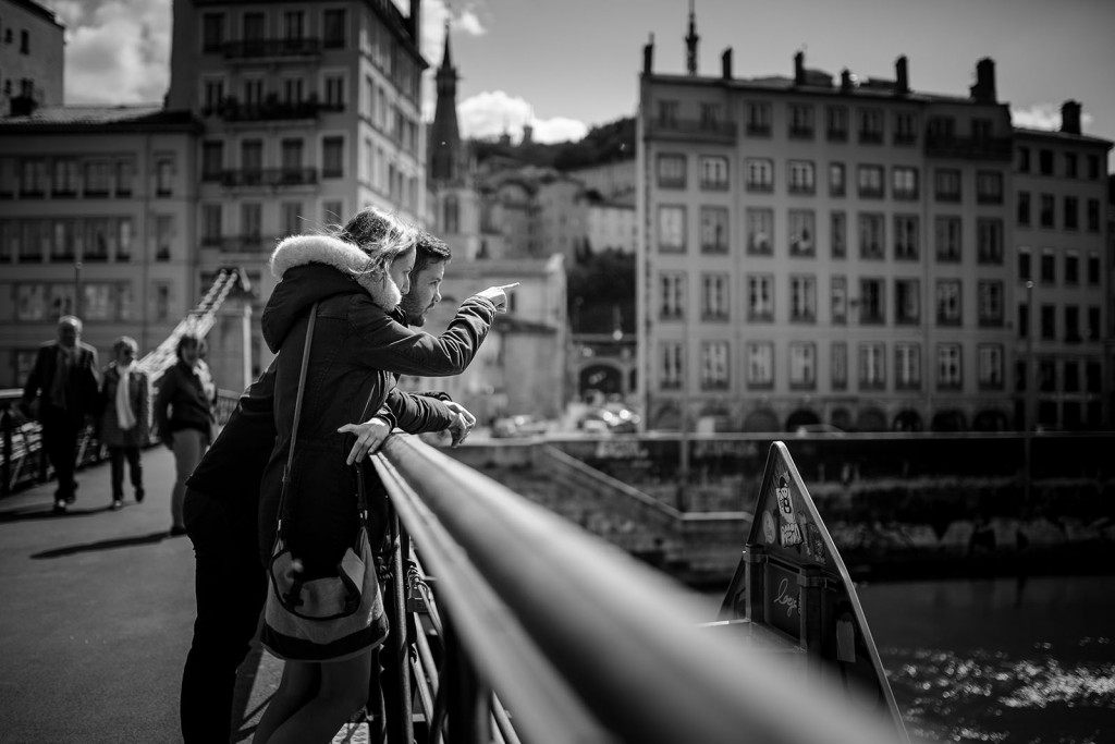 Photographe couple love session session engagement Lyon presqu'île quai de saone passerelle saint vincent