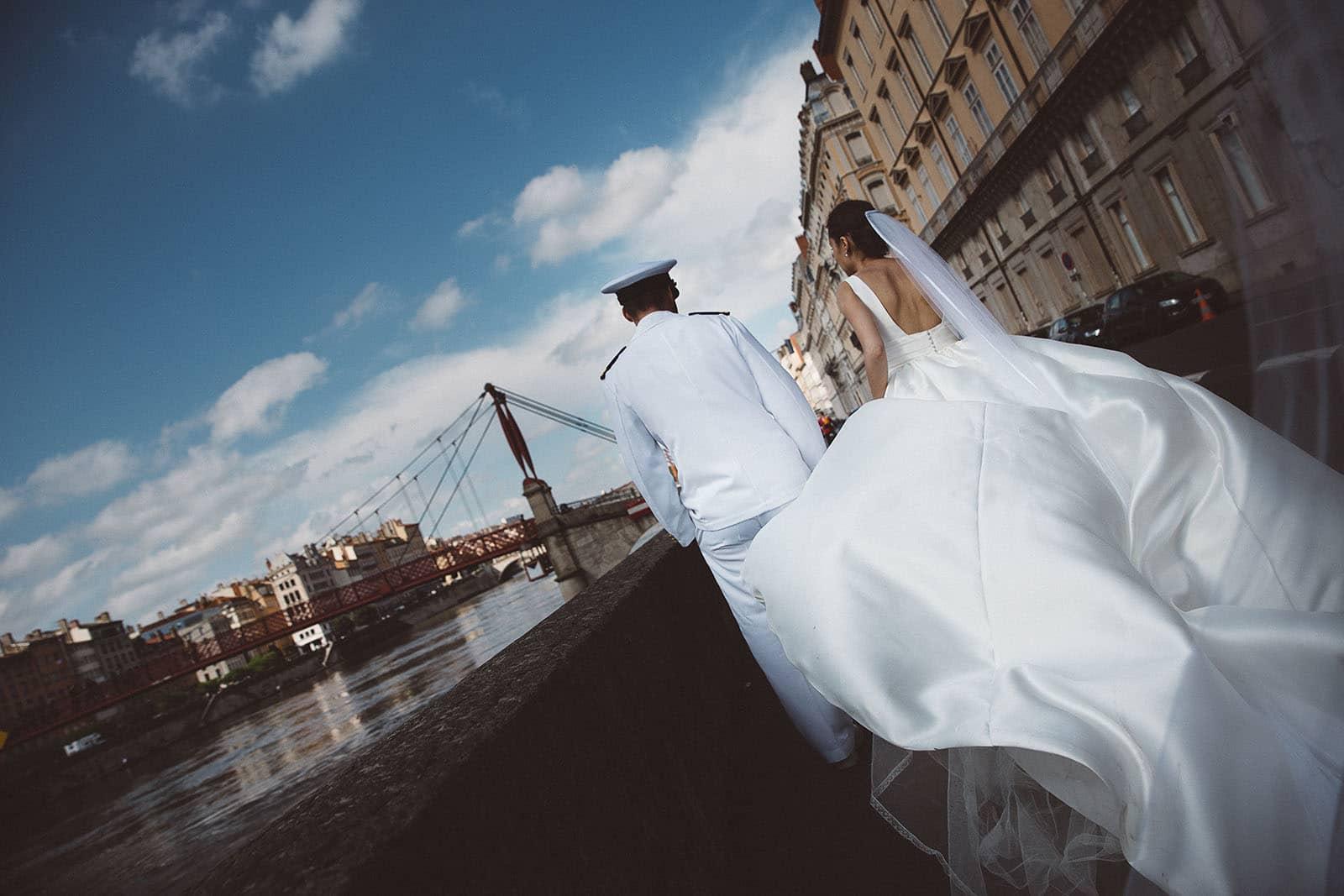 Photographe de mariage Lyon presqu'île passerelle de la saone