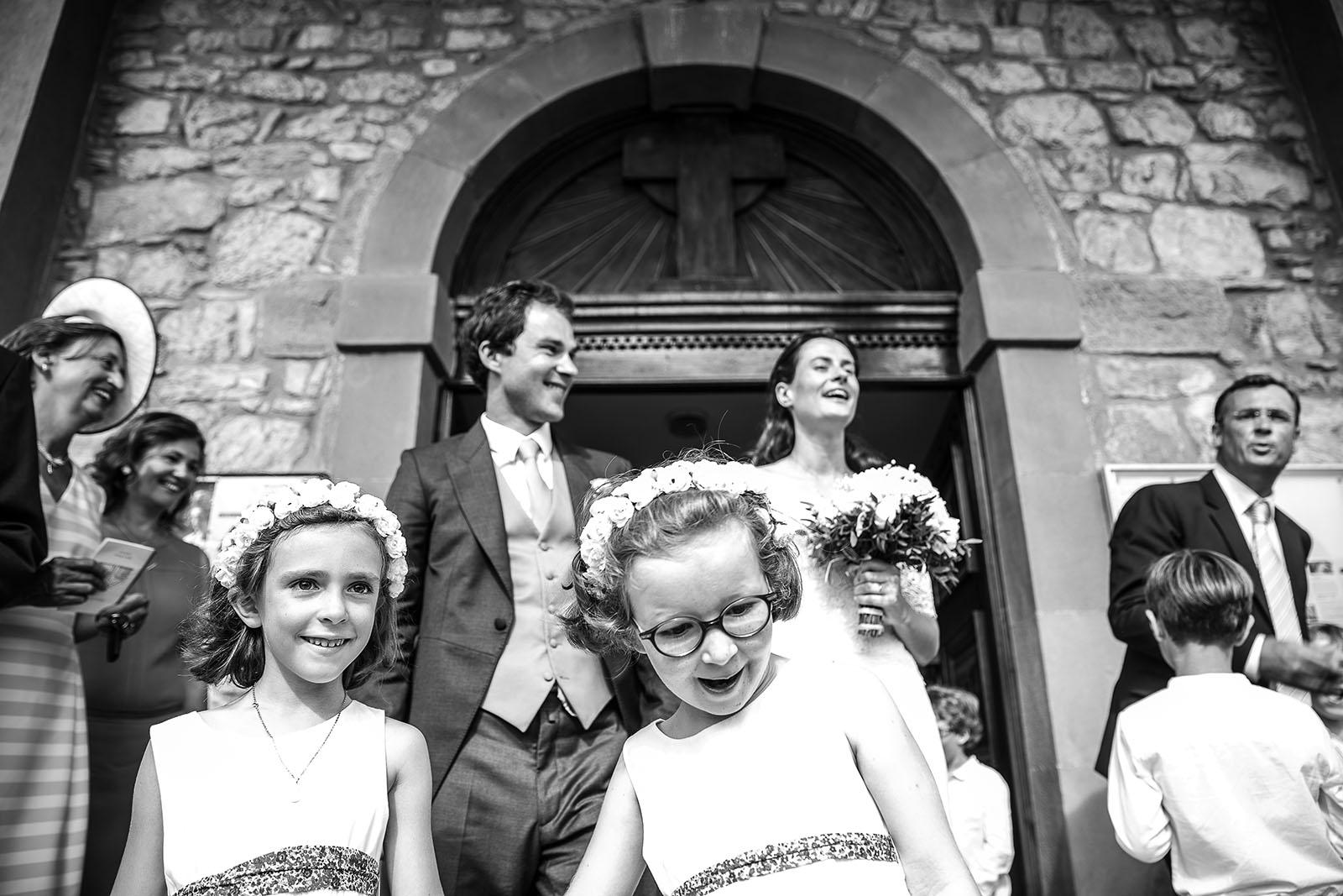 photographe de mariage en Suisse photo sortie cérémonie religieuse de mariage
