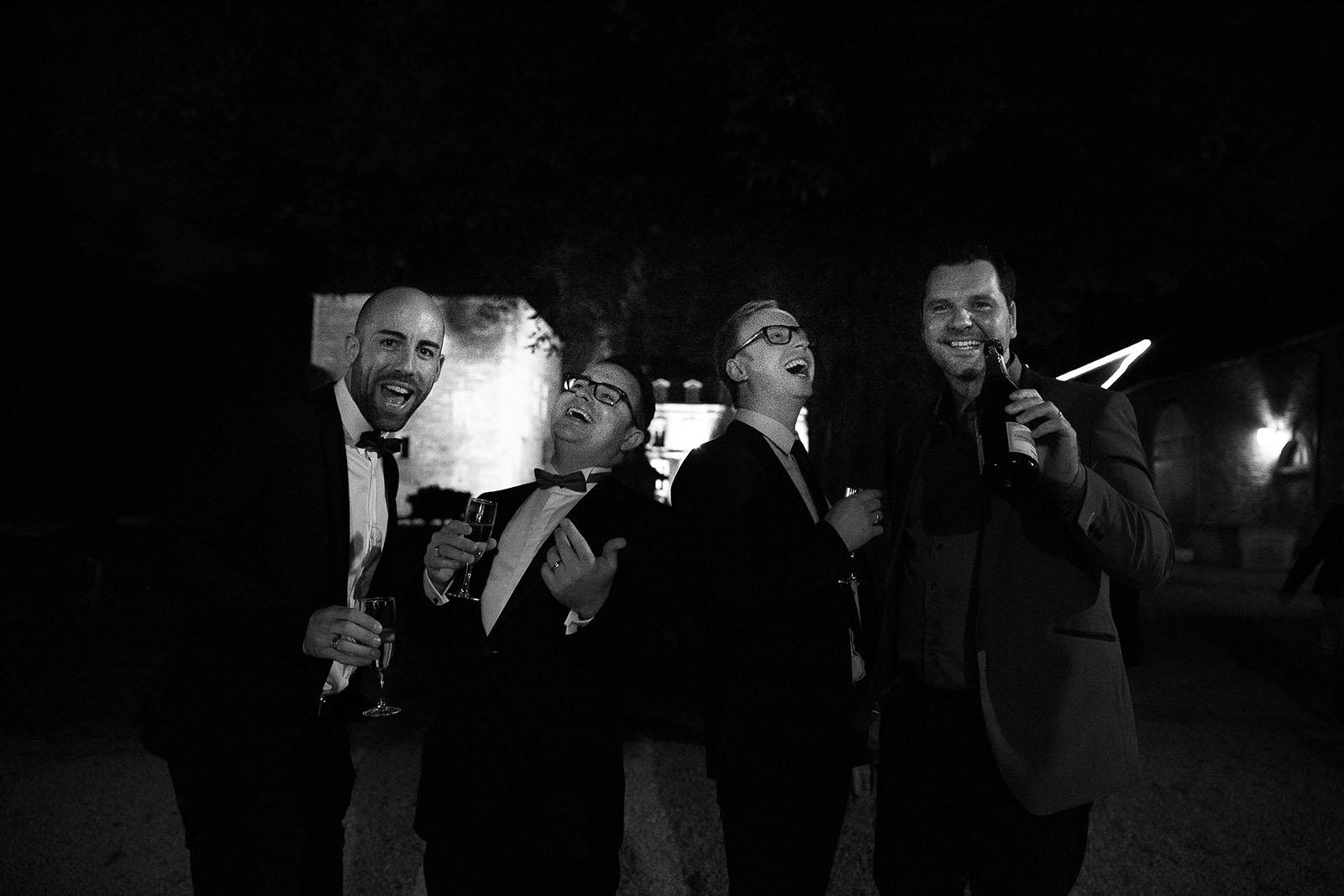photographe de mariage en bourgogne photo du marié et des témoins créative