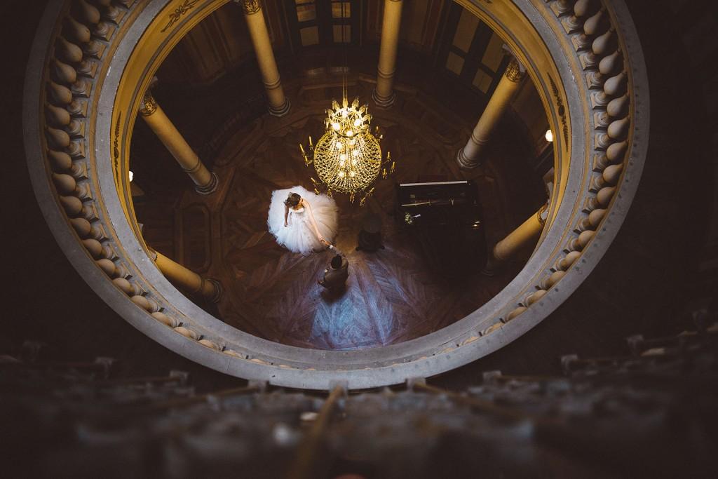 photographe de mariage dans le jura photo des mariés au piano villa palladienne