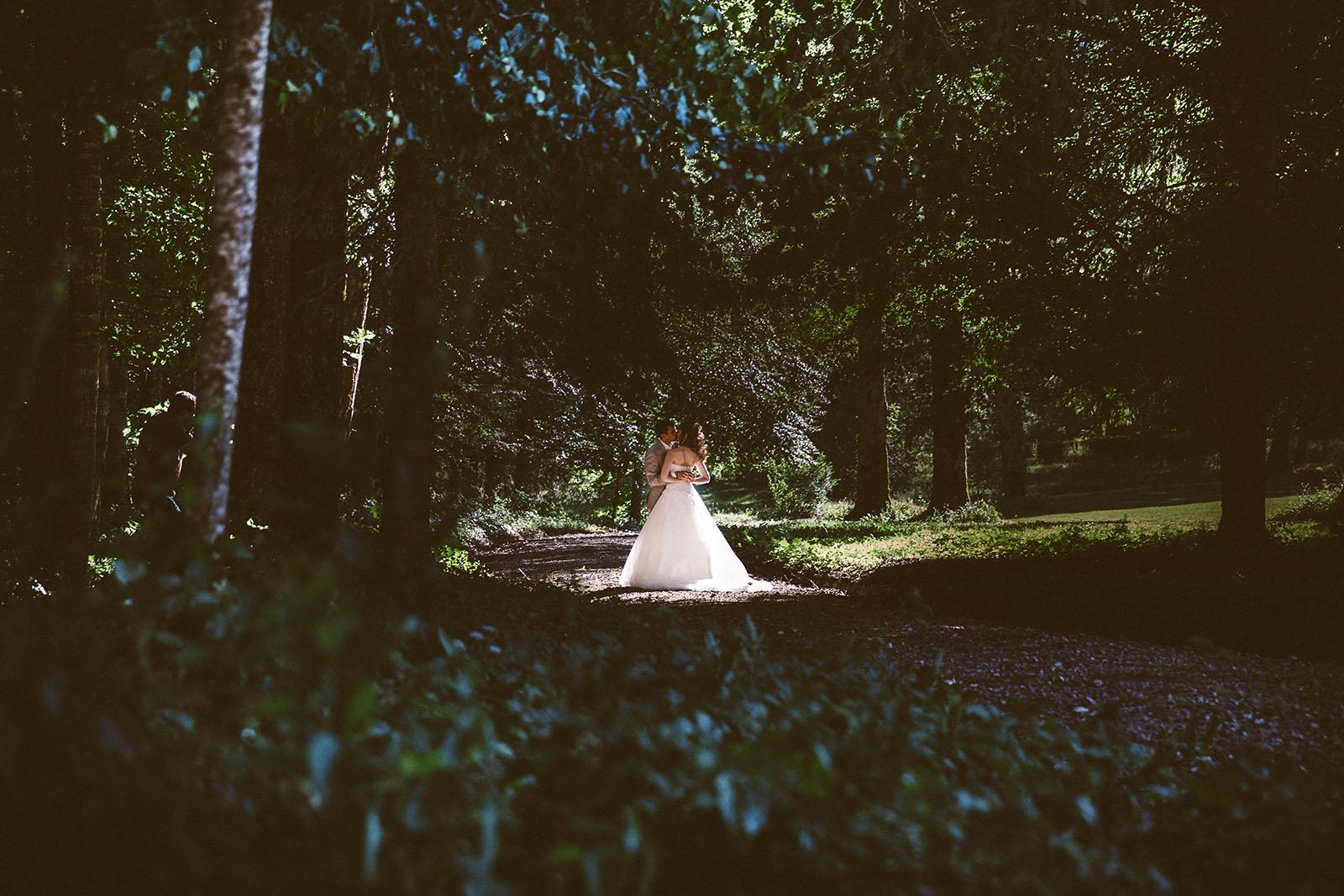 photographe de mariage dans le jura photo des mariés dans les bois