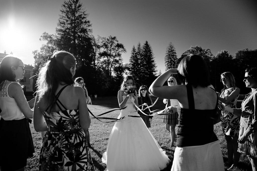 photographe de mariage dans le jura photo lancé du bouquet de la mariée