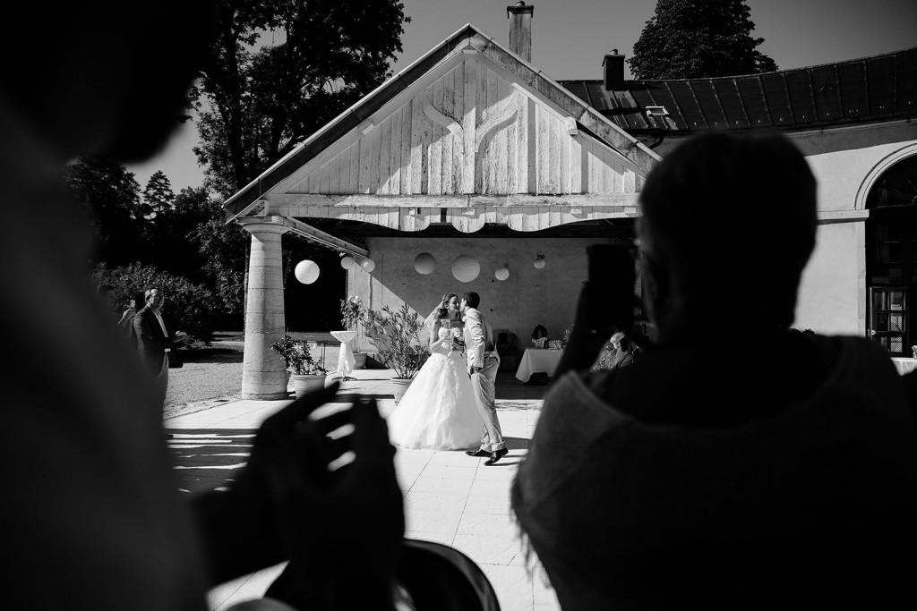 photographe de mariage dans le jura photo ouverture du cocktail par les mariés villa palladienne