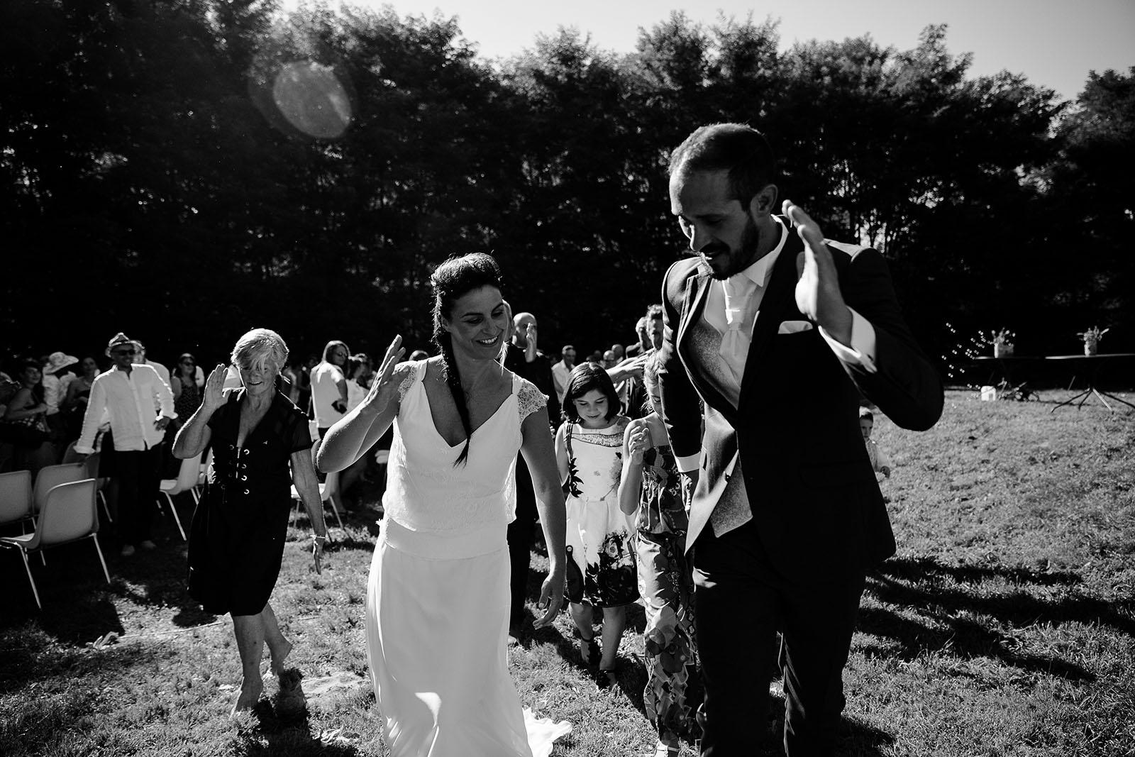 photographe de mariage Saint Etienne émotion joie bonheur danse de la joie mariés
