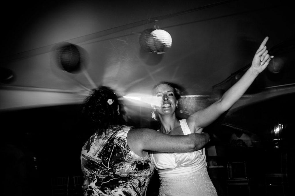 Destination wedding St Barthélemy photo de Castille ALMA photographe de mariage la mariée danse avec sa soeur