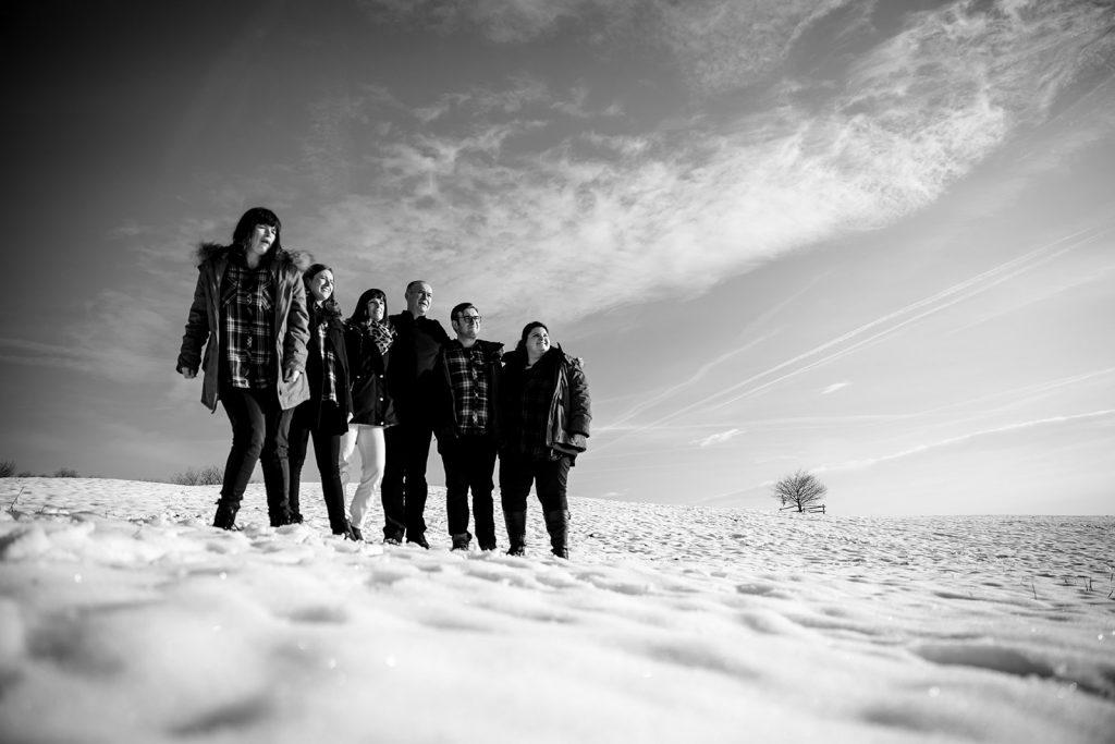 Séance photo famille - Suisse Photographe séance famille à la montagne dans la neige Castille ALMA photographe