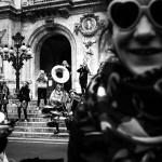 Paris en passant. Photo de jeunes étudiants faisant de la musique devant l'Opéra de Paris. Photo Réalisée par Castille ALMA, photographe de mariage à Paris, Vincennes, Chantilly, Région Parisienne
