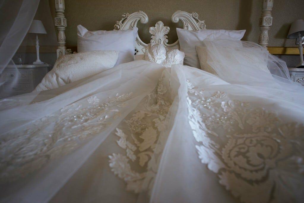 photographe de mariage en Auvergne. La robe de la mariée. Photo réalisée par Castille ALMA photographe de mariage au Chateau de Beguin en Auvergne.