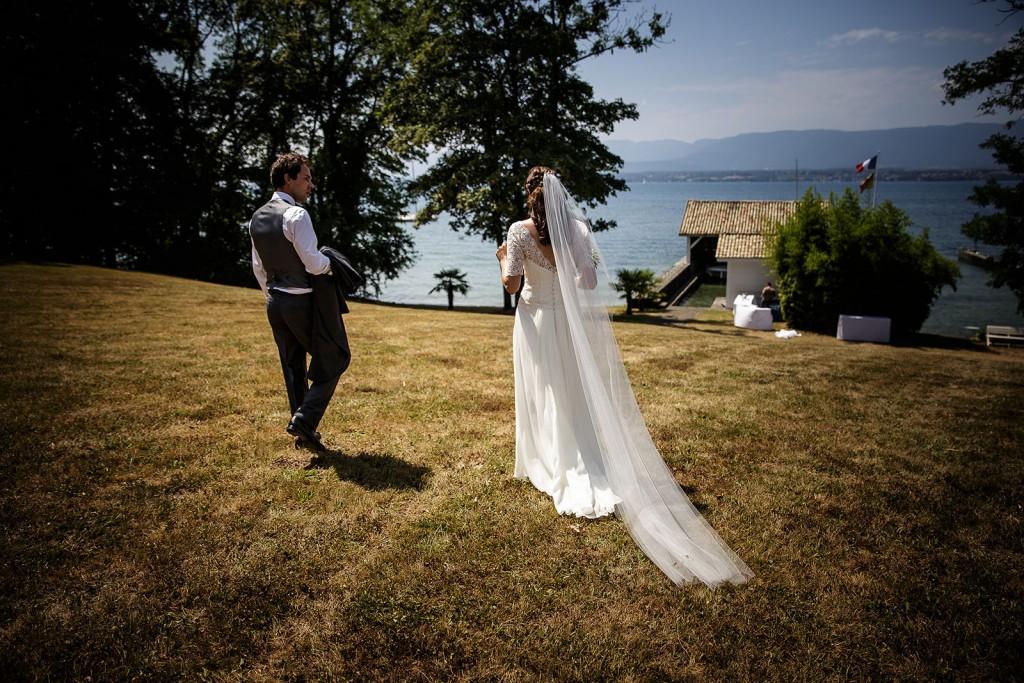 Photographe de mariage à Annecy. Les mariés devant le lac léman. Photo réalisée par Castille ALMA photographe de mariage au Lac Léman en Haute Savoie.