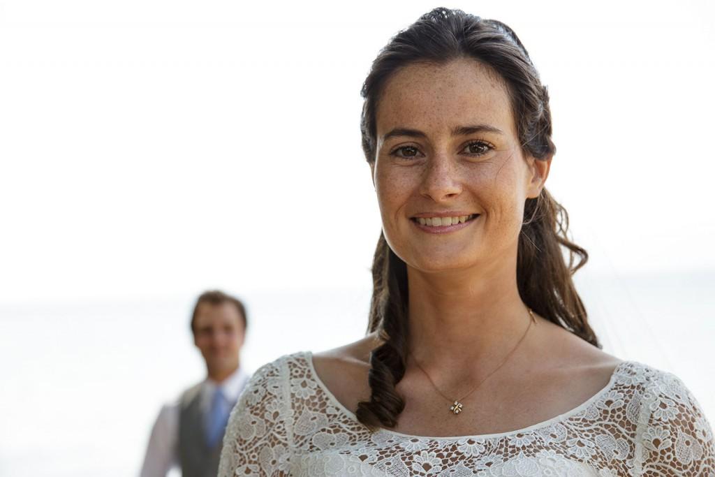Photographe de mariage à Annecy. Portrait de la mariée. Photo réalisée par Castille ALMA photographe de mariage au Lac Léman en Haute Savoie.