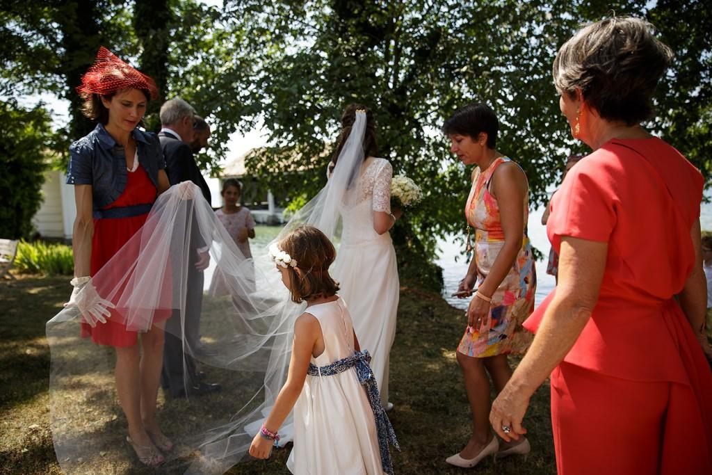 Photographe de mariage à Annecy. Le voile de la mariée. Photo réalisée par Castille ALMA photographe de mariage au Lac Léman en Haute Savoie.