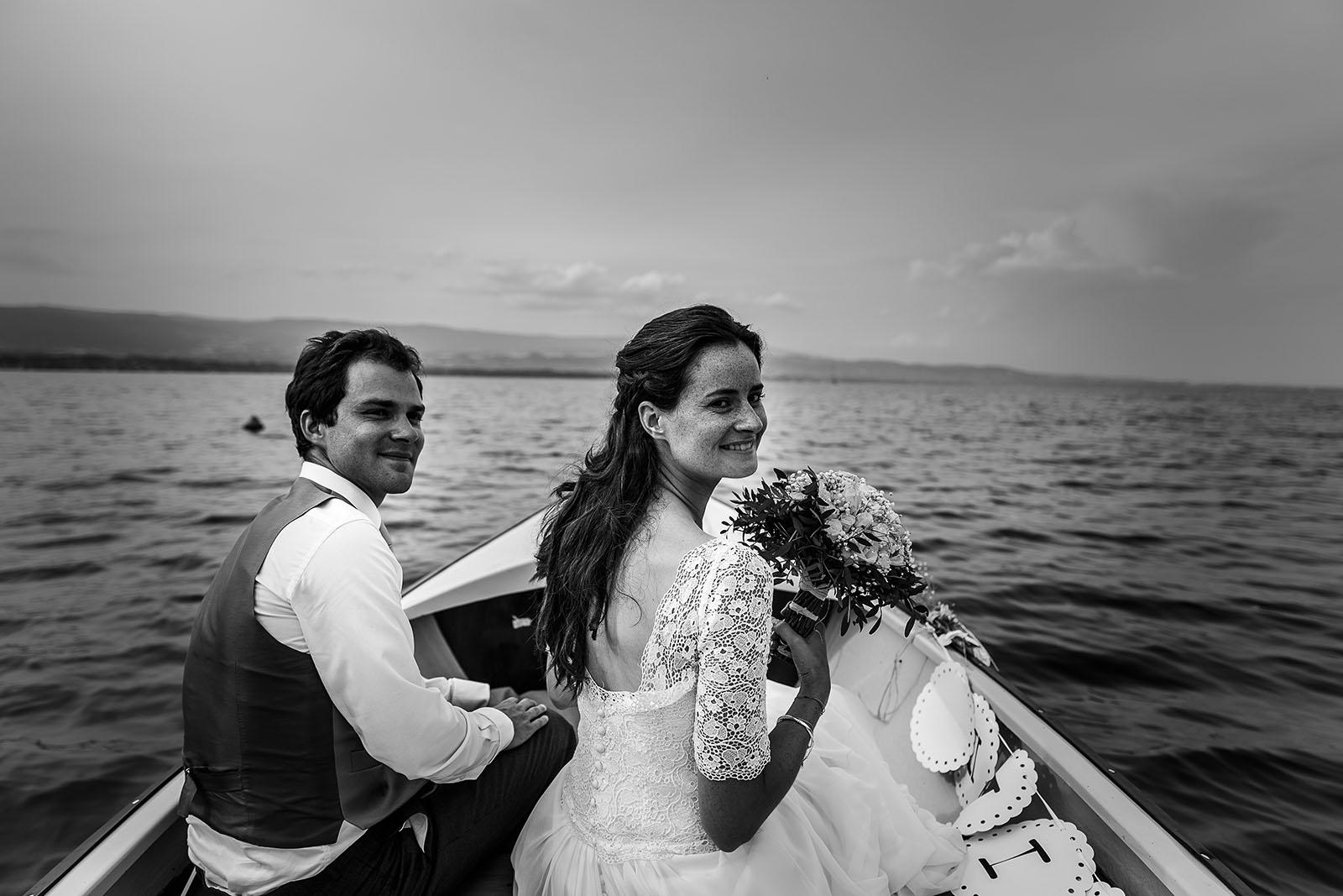 Mariage bohème en Suisse Photographe de mariage à Annecy. Les mariés partent en bateau sur le Lac Léman. Photo réalisée par Castille ALMA photographe de mariage au Lac Léman en Haute Savoie.