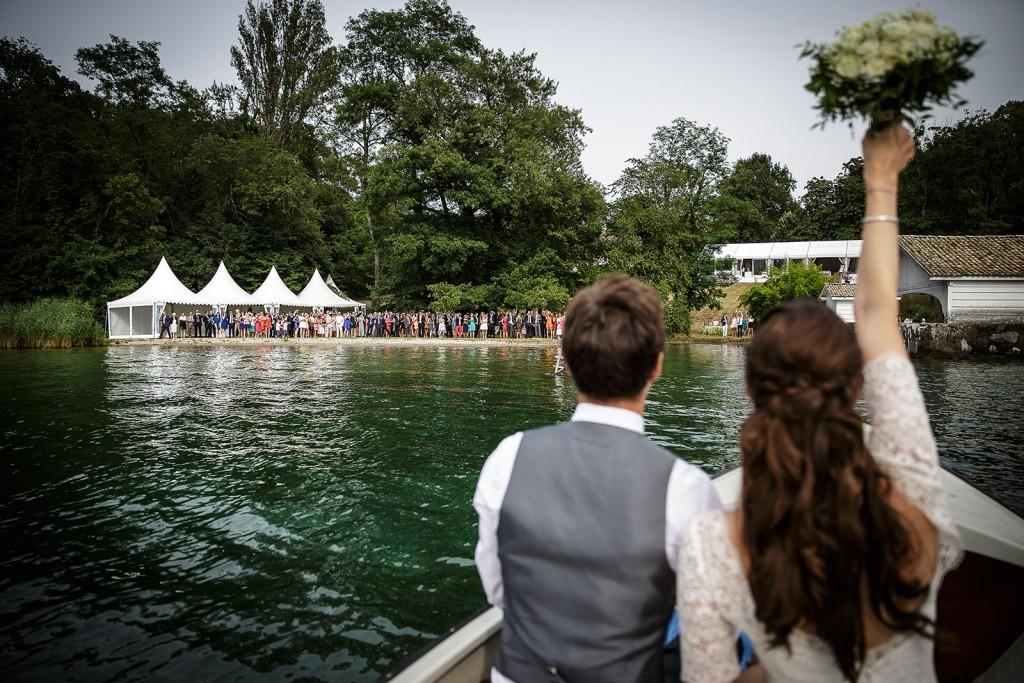 Photographe de mariage à Annecy. Photographe de mariage à Annecy. Les mariés arrivent au cocktail en bateau. Photo réalisée par Castille ALMA photographe de mariage au Lac Léman en Haute Savoie.