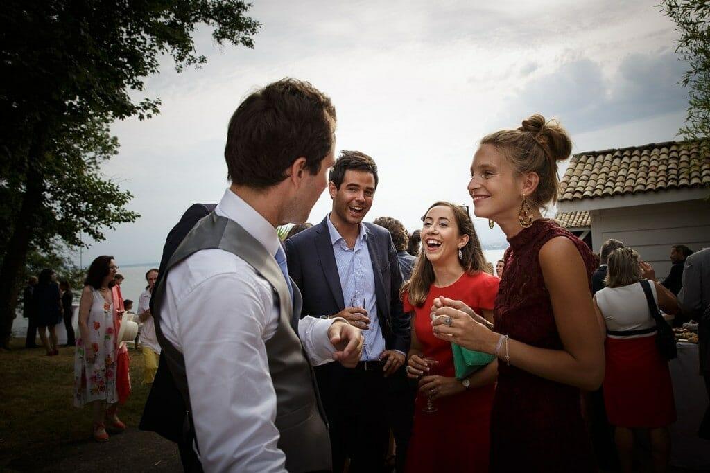 Photographe de mariage à Annecy. Eclat de rire des invités. Photo réalisée par Castille ALMA photographe de mariage au Lac Léman en Haute Savoie.