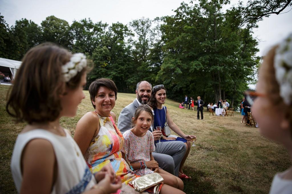 Photographe de mariage à Annecy. Photo des invités pendant le cocktail. Photo réalisée par Castille ALMA photographe de mariage au Lac Léman en Haute Savoie.
