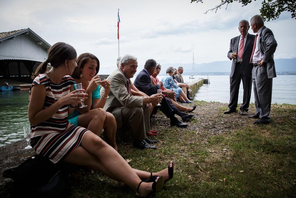 Photographe de mariage à Annecy. Photo des invités pendant le cocktail.Photo réalisée par Castille ALMA photographe de mariage au Lac Léman en Haute Savoie.