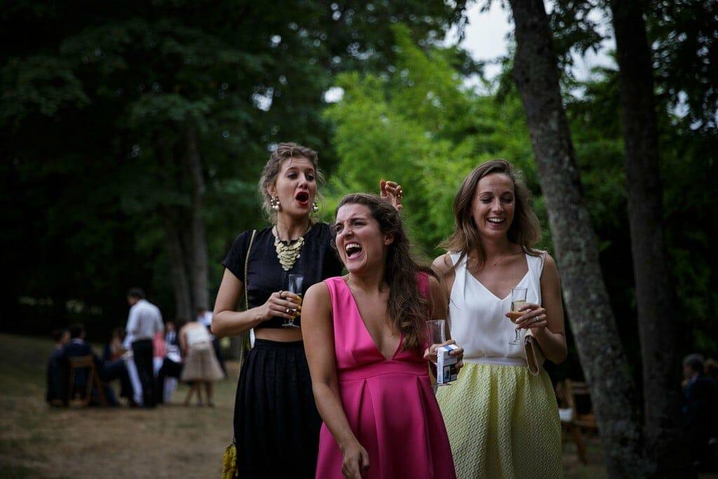 Photographe de mariage à Annecy. Les témoins des mariés chantent. Photo réalisée par Castille ALMA photographe de mariage au Lac Léman en Haute Savoie.
