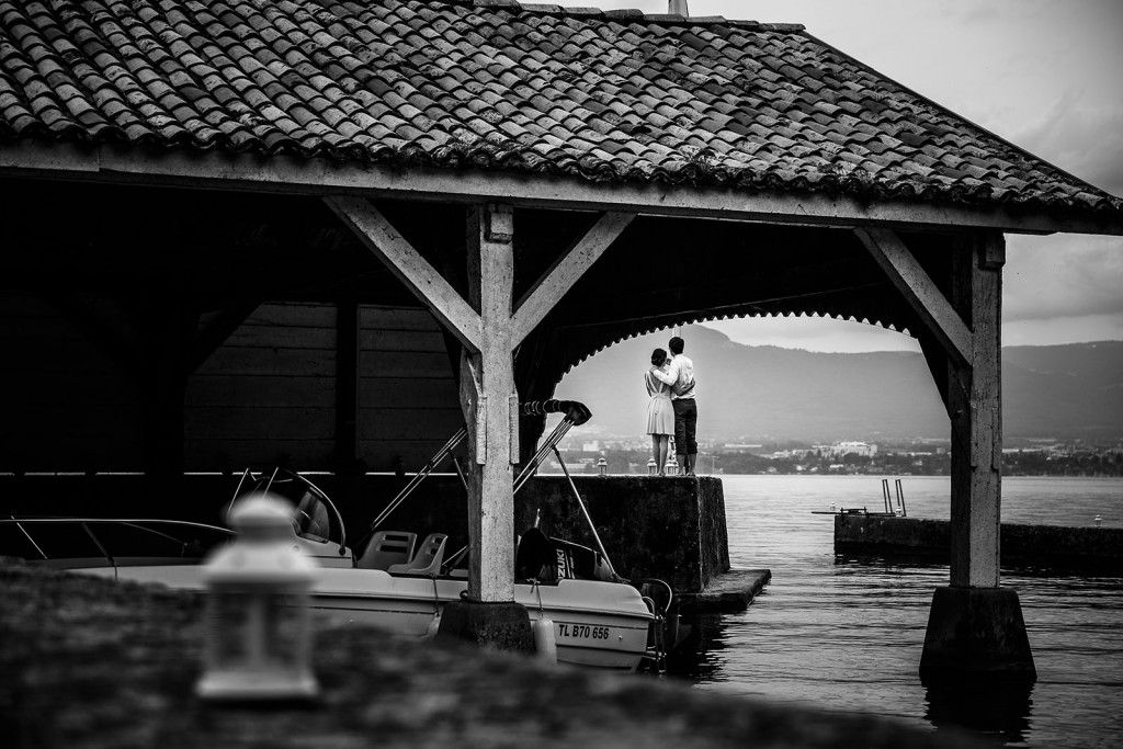 Photographe de mariage à Annecy. Photo de couple créative sur le lac léman. Photo réalisée par Castille ALMA photographe de mariage au Lac Léman en Haute Savoie.