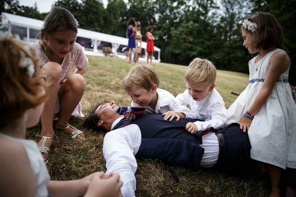 Photographe de mariage à Annecy. les enfants jouent pendant le cocktail.Photo réalisée par Castille ALMA photographe de mariage au Lac Léman en Haute Savoie.