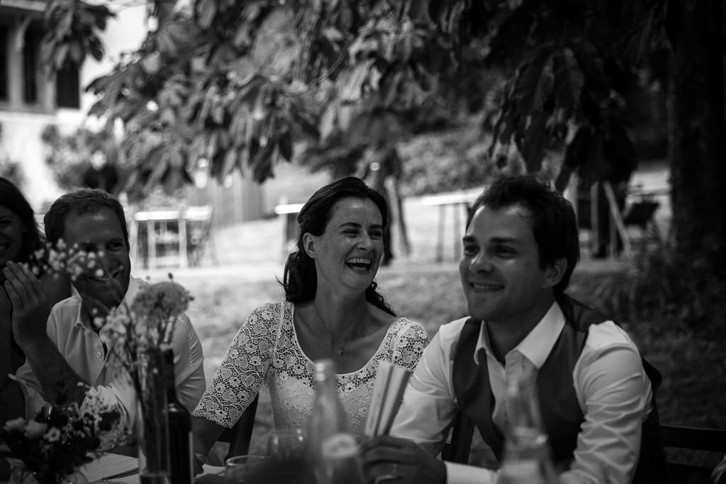 Photographe de mariage à Annecy. Eclat de rire de la mariée. Photo réalisée par Castille ALMA photographe de mariage au Lac Léman en Haute Savoie.