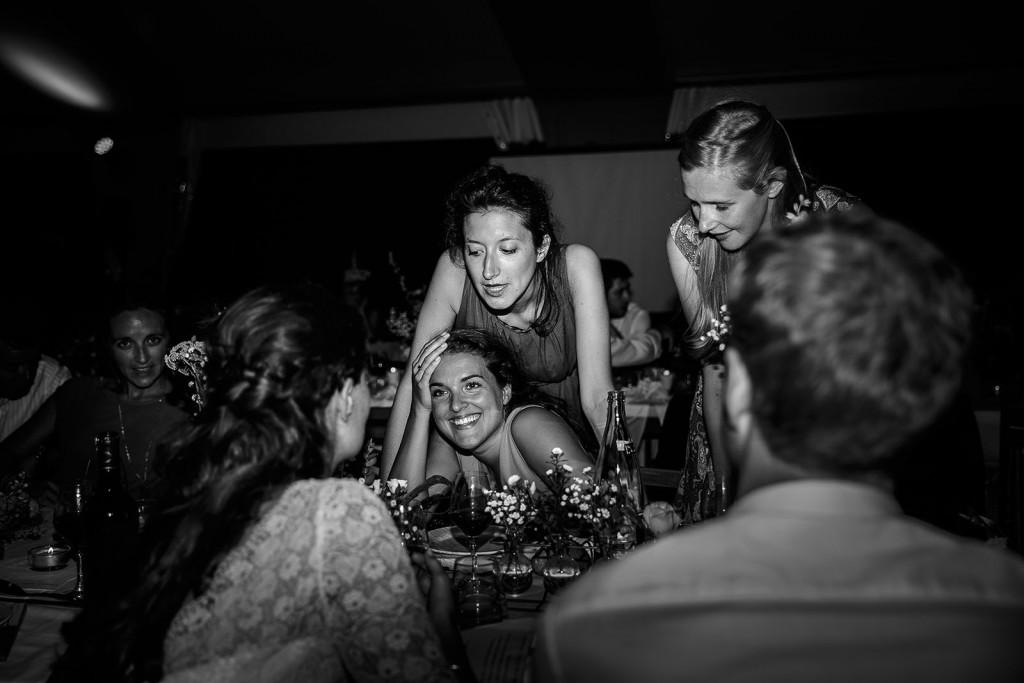Photographe de mariage à Annecy. Portrait des témoins de la mariée. Photo réalisée par Castille ALMA photographe de mariage au Lac Léman en Haute Savoie.