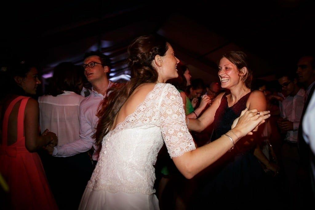 Photographe de mariage à Annecy. La mariée danse à la soirée. Photo réalisée par Castille ALMA photographe de mariage au Lac Léman en Haute Savoie.