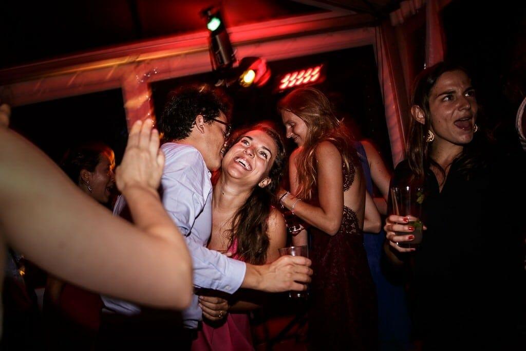Photographe de mariage à Annecy. Eclat de rire d'une invité au mariage. Photo réalisée par Castille ALMA photographe de mariage au Lac Léman en Haute Savoie.
