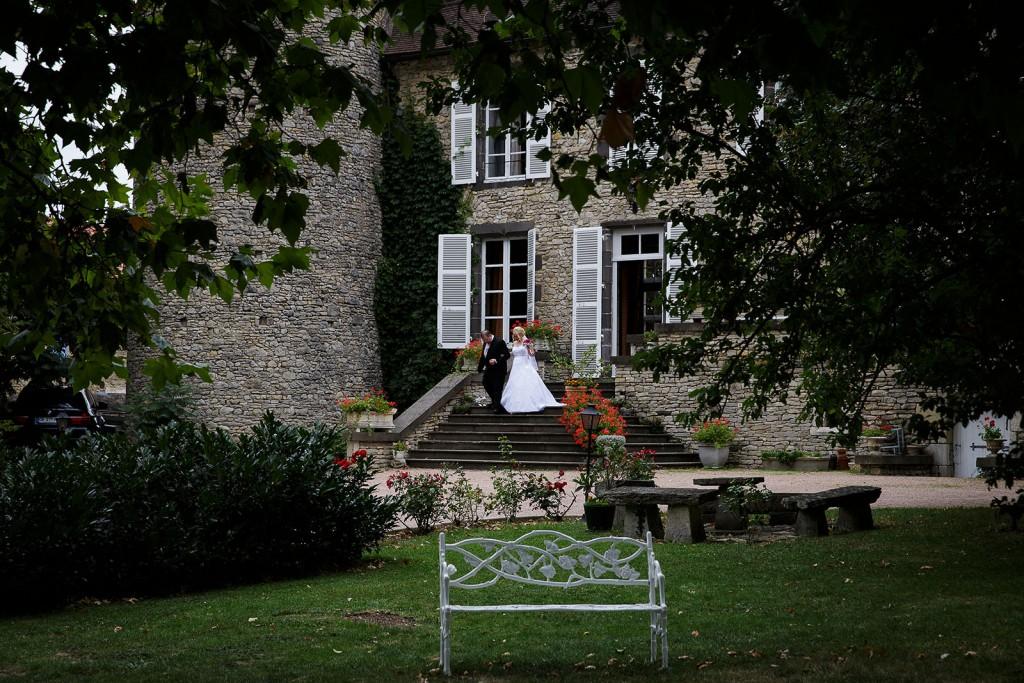 La mariée accompagnée de son père. Photo réalisée par Castille ALMA photographe de mariage à Lyon.