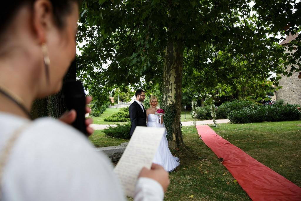 L'officiant de cérémonie laique. Photo réalisée par Castille ALMA photographe de mariage à Lyon.