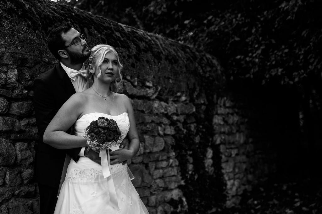 Photo de couple en noir et blanc. Photo réalisée par Castille ALMA photographe de mariage à Lyon, manoir de Tourieux.