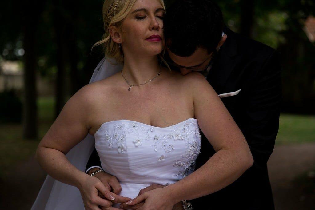 Photo de couple de jeunes mariées sensuelle. Photo réalisée par Castille ALMA photographe de mariage à Lyon, manoir de Tourieux.
