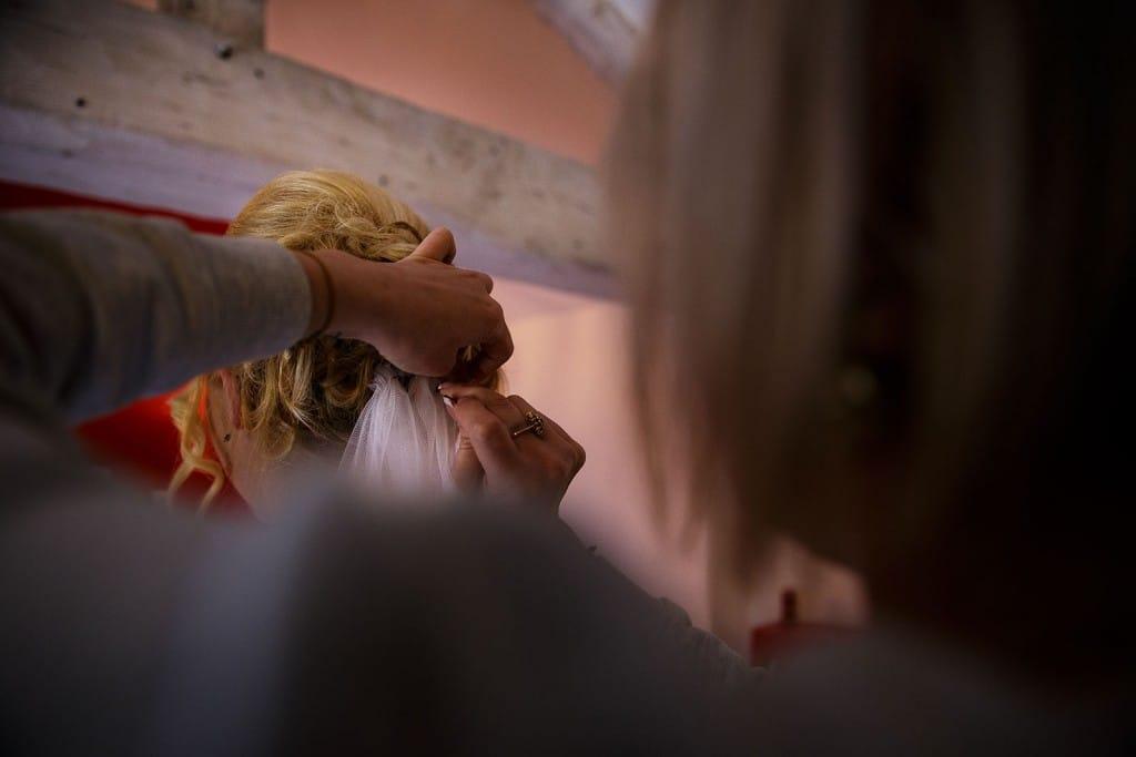 Mise en place du voile de la mariée. Photo réalisée par Castille ALMA photographe de mariage à Lyon.