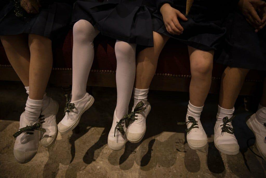 photographe de mariage en Normandie. Photo de détails des chaussures des enfants d'honneur. Photo réalisée par Castille ALMA photographe de mariage au manoir des Prévanches, en Normandie.