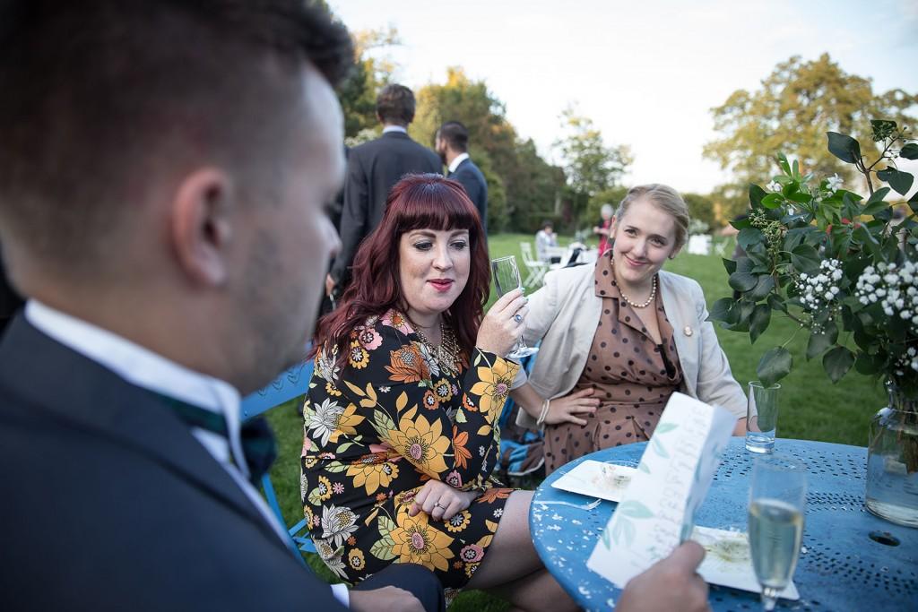 photographe de mariage en Normandie. photo du cocktail. Photo réalisée par Castille ALMA photographe de mariage au manoir des Prévanches, en Normandie.