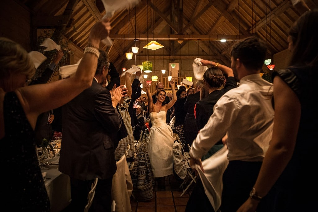 photographe de mariage en Normandie. Entrée des mariés au manoir des prévanches. Photo réalisée par Castille ALMA photographe de mariage au manoir des Prévanches, en Normandie.