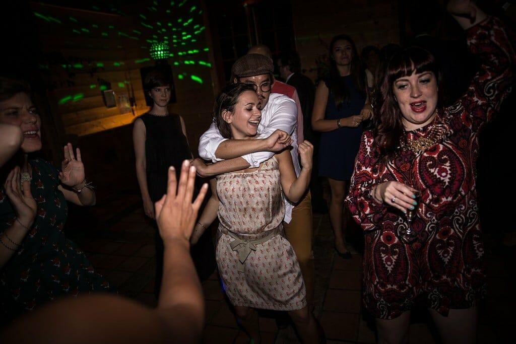 photographe de mariage en Normandie. les invités dansent au mariage. Photo réalisée par Castille ALMA photographe de mariage au manoir des Prévanches, en Normandie.