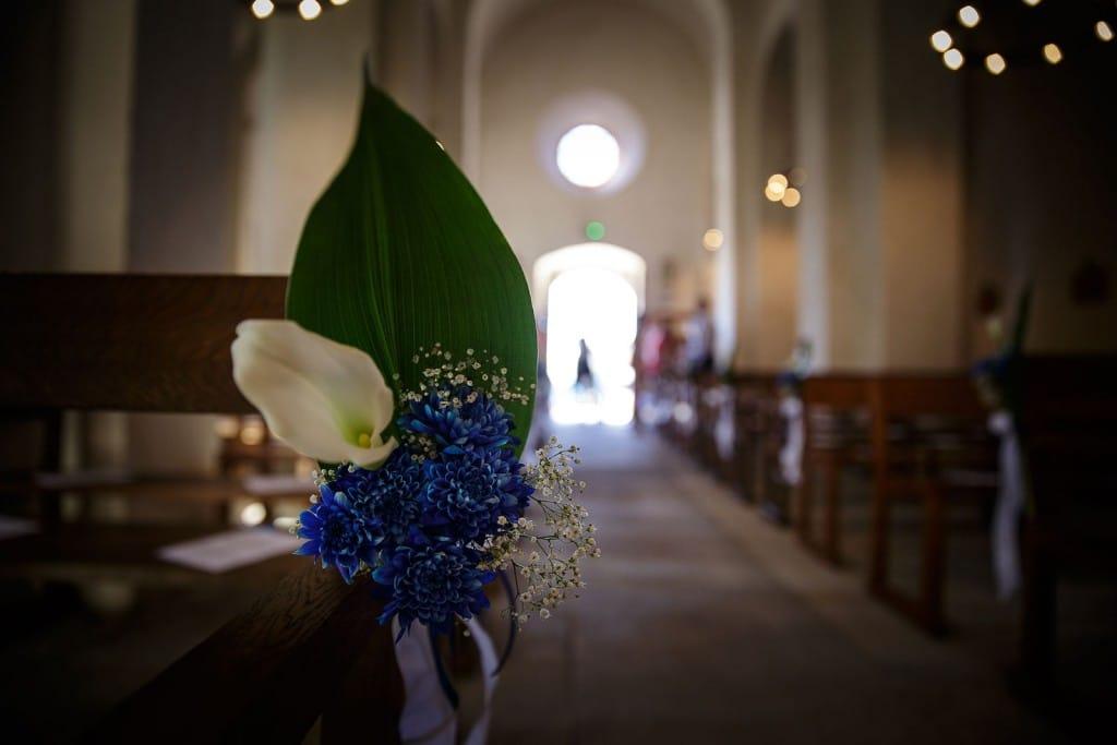 Détails de décoration dans l'église pour le mariage. Photo réalisée par Castille ALMA photographe de mariage à Paris Région Parisienne.