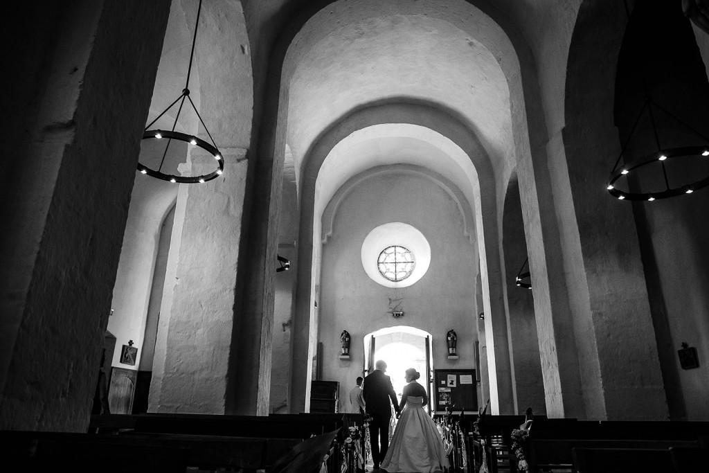 Les mariés sortent de l'église. Photo réalisée par Castille ALMA photographe de mariage à Paris Région Parisienne.